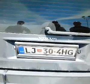 Video caff fermata l 39 auto dalla targa girevole e botola - Quanti bagagli si possono portare in crociera ...
