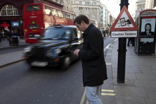 Pedone messaggiante, pericolo costante!