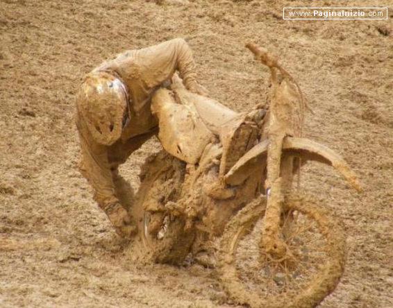 Colmo per un motociclista da cross, rimanere impantanato!