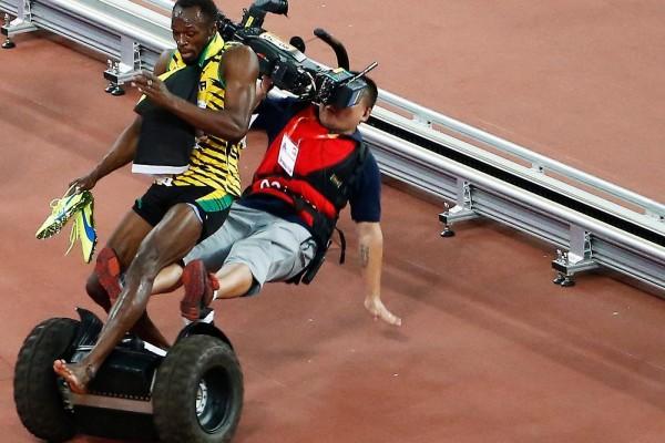 Cameraman fa cadere Bolt mentre esulta