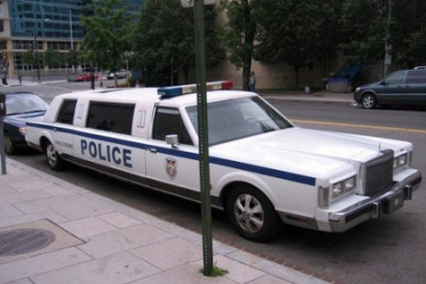 Se anche la polizia viaggia in limousine...