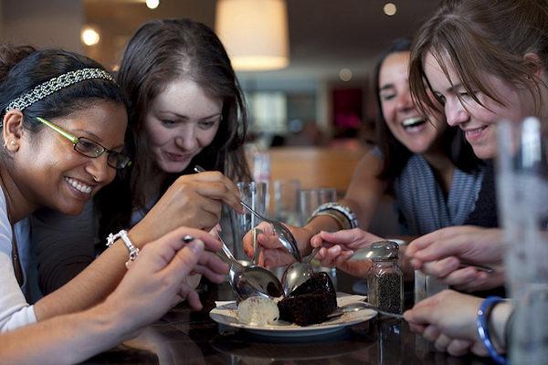 Grazie all'encefalina e seratonina il cioccolato aumenta il buonumore