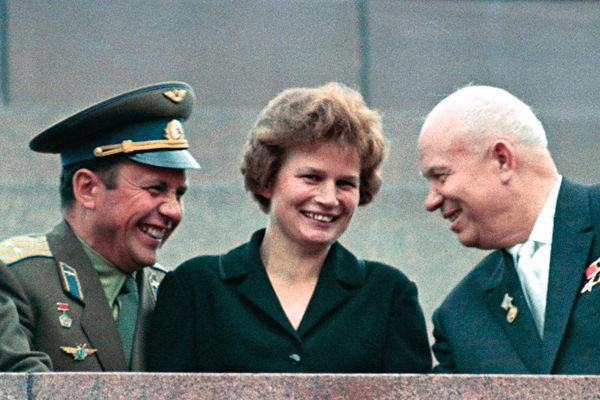 Cerimonia di Mosca del 1963 con Nikita Chruscev (destra) e Pavlo Popovyc (sinist