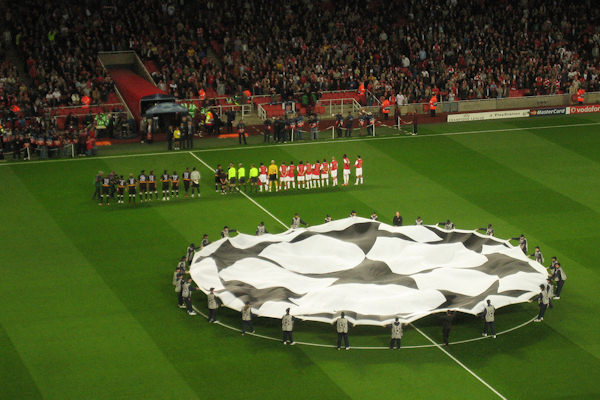Il logo della Champions League viene mostrato in campo prima di ogni partita