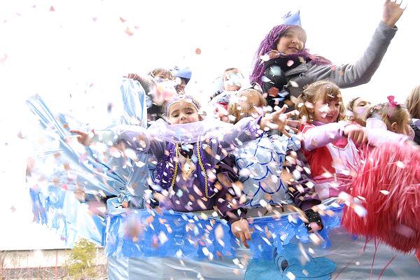 Il lancio dei coriandoli a Carnevale regala un'atmosfera colorata e suggestiva