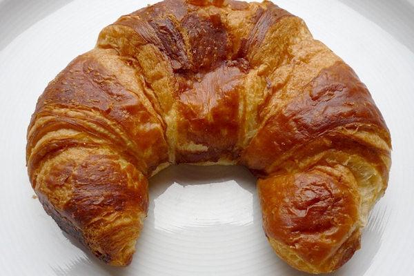 Il croissant è un prodotto dolciario nato in Austria con il nome Kipferl
