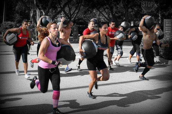 Il CrossFit è un allenamento funzionale che mira al rafforzamento muscolare