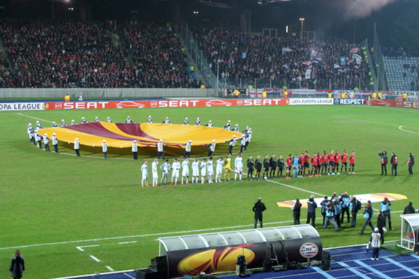 Il logo della Uefa Europa League viene sventolato prima di ogni partita