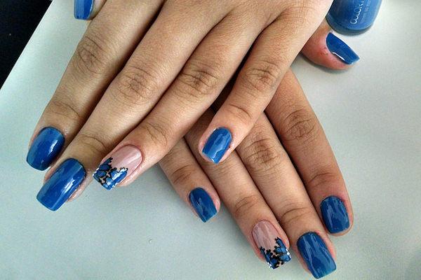 La ring finger manicure prevede un colore diverso dello smalto all'anulare