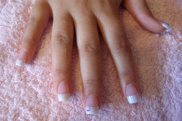 La versione classica della French manicure è molto semplice da realizzare