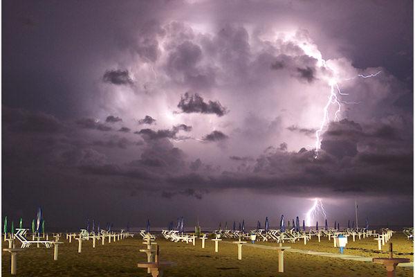 Fulmine interno alla nuvola (sinisitra) e rivolto verso il mare (destra)