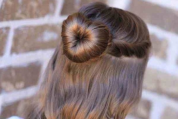 Lo chignon a forma di cuore si può fare con tutti i capelli o parte di essi