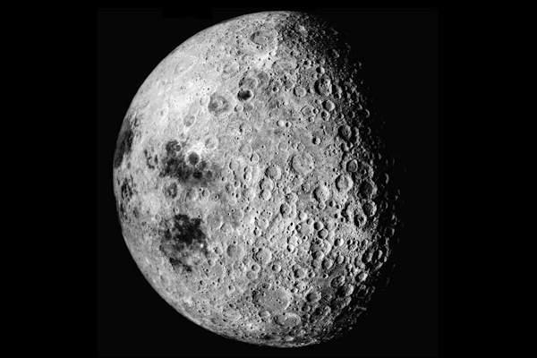I crateri lunari si trovano sulla faccia visibile e nascosta della luna