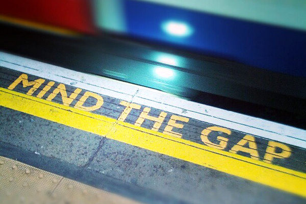 Mind the gap avvisa di fare attenzione al vuoto tra la banchina e il treno