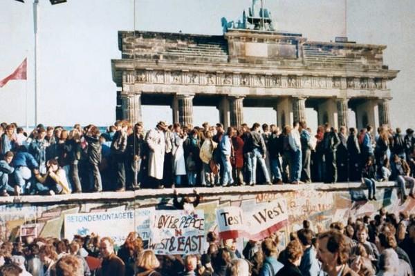 Folla al Muro di Berlino dopo la storica caduta del 1989