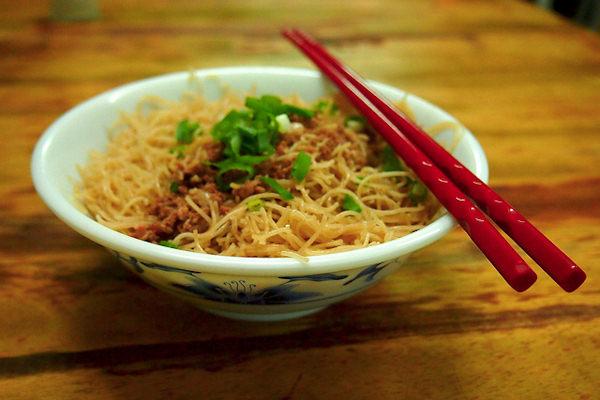 Tutti i cibi asiatici vengono mangiati con le bacchette, anche i noodles