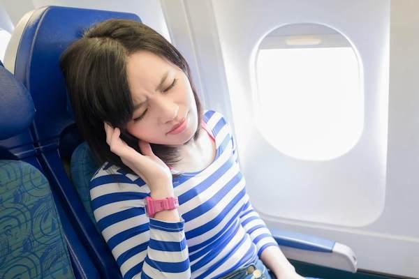 La sensazione delle orecchie tappate in aereo può essere prevenuta e ridotta