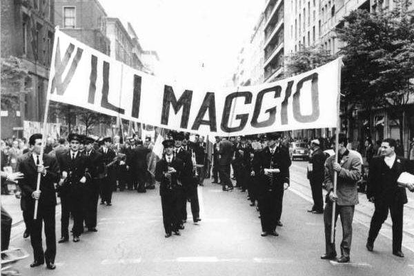 Corteo durante una manifestazione del 1°maggio, anni '50