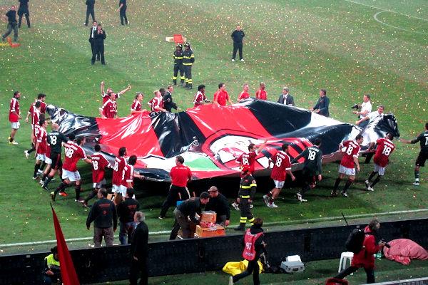 Il Milan mentre festeggia il 18esimo scudetto sul campo