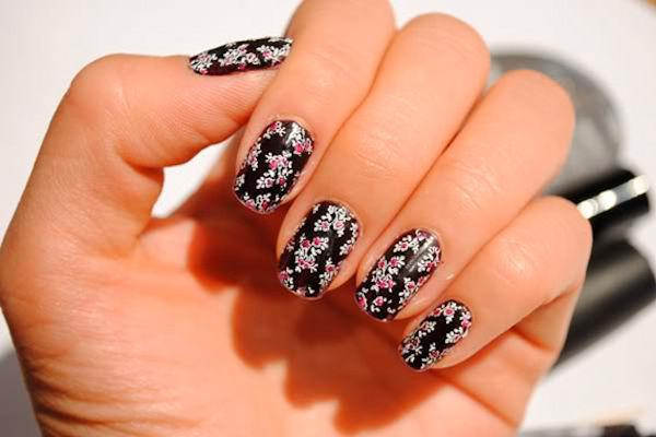 Lo smalto adesivo consente di sfoggiare fantasie bizzarre sulle unghie