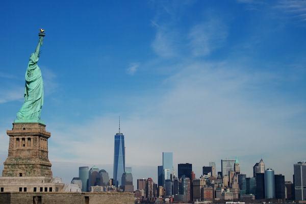 La Statua della Libertà si trova sul fiume Hudson, di fronte a Manhattan