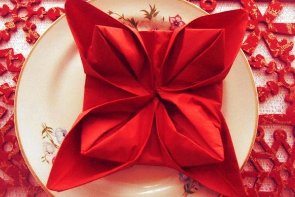 Come piegare i tovaglioli a forma di stella di Natale?