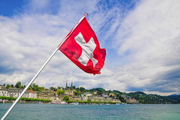 La bandiera della Svizzera è rossa con una croce bianca al centro