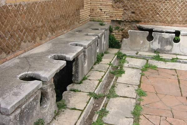 Le latrine romane avevano la funzione dei bagni pubblici moderni