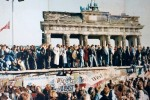 Folla al Muro di Berlino dopo la storica caduta del 9 novembre 1989