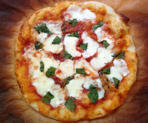 A Pizza Ca' Pummarola Ncopp' (Pizza Margherita)